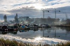 Boote parkten am Jachthafen in Northampton mit Baukranhintergrund Stockfoto
