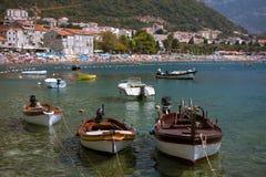 Boote in Petrovac lizenzfreie stockfotos