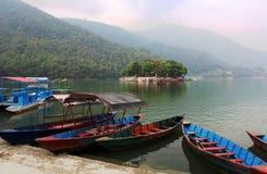 Boote am Phewa See in Pokhara, Nepal lizenzfreie stockfotografie
