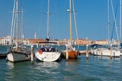 Boote am Pier in Venedig Stockfotografie