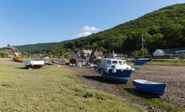 Boote Porlock-Wehr Somerset England Großbritannien nahe Exmoor-Erbe mit Booten bei Ebbe im Sommer Lizenzfreie Stockfotos