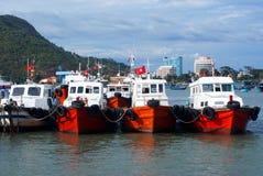 Boote richteten an einem Dock aus lizenzfreie stockfotos