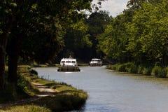 Boote schwimmen hinunter den Fluss Lizenzfreies Stockbild