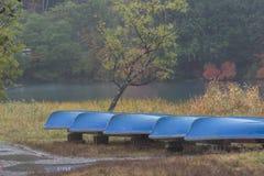 Boote am See Yunoko im Herbst stockfotos