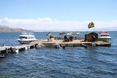 Boote in sich hin- und herbewegender Insel auf Titicaca See Stockbild