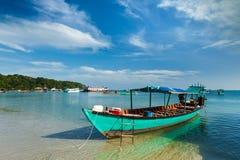 Boote in Sihanoukville lizenzfreie stockfotos