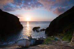 Boote am Sonnenaufgang lizenzfreie stockfotografie