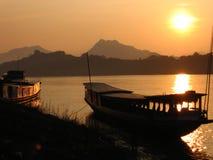 Boote am Sonnenuntergang stockfoto