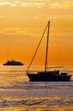 Boote am Sonnenuntergang lizenzfreie stockbilder