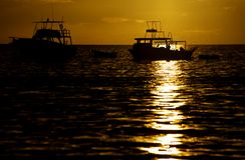 Boote am Sonnenuntergang in Costa Rica Lizenzfreie Stockfotos