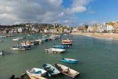 Boote in St. Ives beherbergten Cornwall Großbritannien in dieser schönen touristischen Stadt Stockbilder
