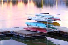 Boote stacket auf Dock am Sonnenuntergang Lizenzfreie Stockfotos
