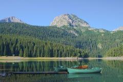 Boote stehen in dem Crno See still Stockbild