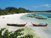 Boote am Strand auf Lipe Insel, Thailand Stockbild