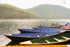 Boote um Phewa See in Pokhara, Nepal stockfoto