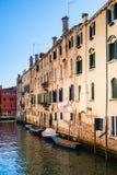 Boote und alte Backsteinhäuser Lizenzfreies Stockbild