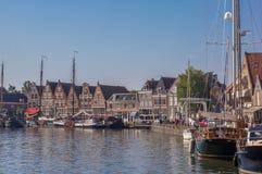 Boote und alte Häuser im Hafen von Hoorn Stockfoto