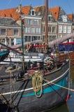 Boote und alte Häuser im Hafen von Hoorn Lizenzfreies Stockbild