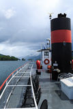 Boote und Anblick auf See George am teilweise bewölkten Tag Stockbild