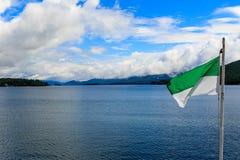 Boote und Anblick auf See George am teilweise bewölkten Tag Stockfotos