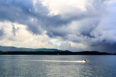 Boote und Anblick auf See George am teilweise bewölkten Tag Lizenzfreie Stockfotografie