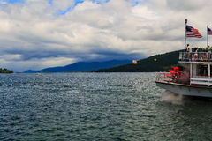 Boote und Anblick auf See George am teilweise bewölkten Tag Lizenzfreie Stockfotos