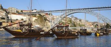 Boote und Brücke Rabelo in Porto Lizenzfreie Stockfotografie