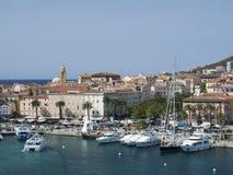 Boote und der Ajaccio-Hintergrund Lizenzfreie Stockfotos