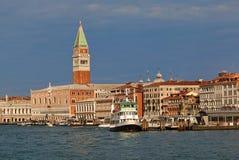 Boote und der Palast des Dogen (Palazzo Ducale) und Grand Canal Italien Stockbilder