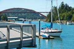 Boote und die Regenbogen-Brücke Lizenzfreie Stockbilder