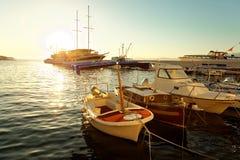 Boote und ein Segelboot machten im Hafen einer Kleinstadt Postira - Kroatien, Insel Brac fest Stockfoto