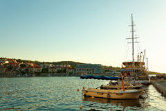 Boote und Fischenschleppnetzfischer machten im Hafen einer Kleinstadt Postira - Kroatien, Insel Brac fest Lizenzfreies Stockfoto