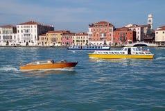 Flussbusse und Häuser von Venedig, Italien Stockfoto
