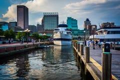 Boote und Gebäude am inneren Hafen, in Baltimore, Maryland Lizenzfreies Stockfoto