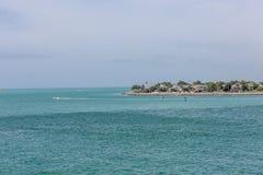 Boote und Gleitschirme auf Küste Stockbild
