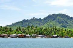 Boote und Häuser des Fischerlangen schwanzes in Mook-Insel lizenzfreie stockbilder