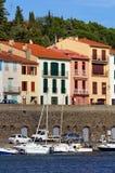 Boote und Häuser im Port-Vendres Stockfotografie