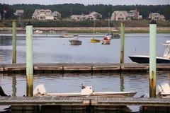 Boote und Häuser an Wellfleet-Hafen, Cape Cod, Wellfleet MA lizenzfreie stockfotos