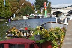 Boote und Hausboote auf der Themse stockfotos