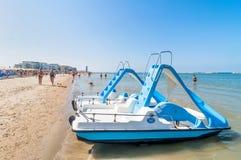 Boote und Leute auf dem Strand in Cervia, Italien Lizenzfreies Stockbild