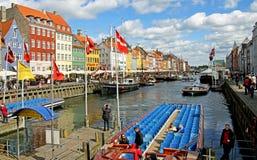 Boote und Leute in Nyhavn in Kopenhagen Stockbilder