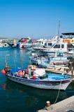 Boote und Lieferungen im Agia-Napa Hafen Stockfotografie