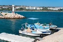 Boote und Lieferungen im Agia-Napa Hafen Stockfoto