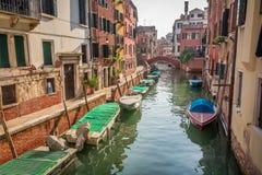 Boote und Motorboote auf einem Kanal in Venedig Lizenzfreies Stockfoto