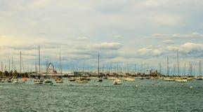 Boote und Pier im Michigansee Stockbilder