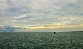 Boote und Pier im Michigansee Stockfotos