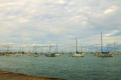 Boote und Pier im Michigansee Stockbild
