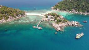 Boote und Pier nahe kleinen Inseln Bewegungstauchenboote, die auf ruhiges blaues Meer nahe den einzigartigen kleinen kleinen Inse stock video footage