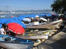 Boote und Regenschirme am Acapulco-Öffentlichkeits-Strand Lizenzfreies Stockbild