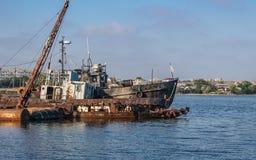 Boote und Schlepper im Hafen Stockfotos